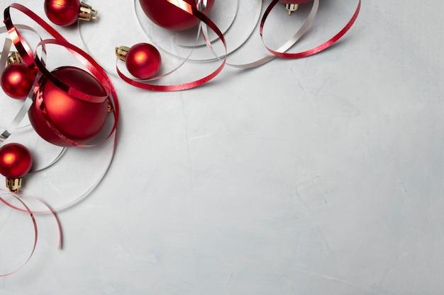 회색 테이블에 빨간색 크리스마스 볼 무료 사진