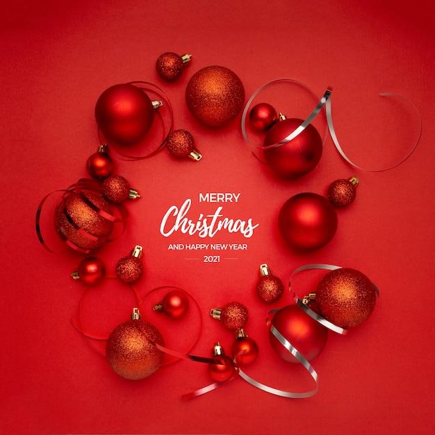 Красные елочные шары на красном столе приветствия Бесплатные Фотографии