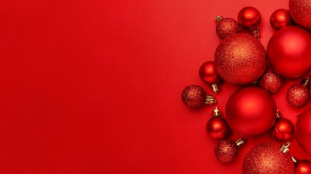 Красные елочные шары на красном столе Бесплатные Фотографии