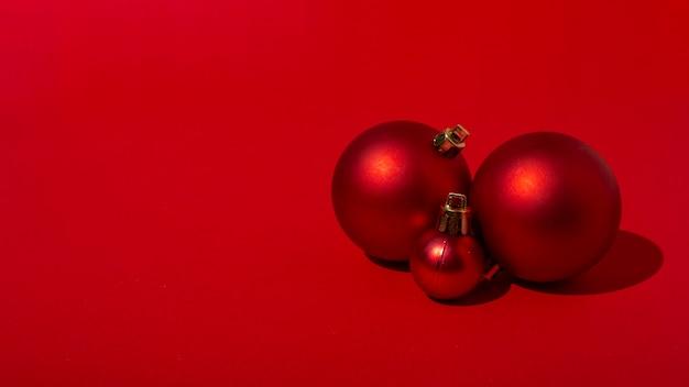 빨간색 테이블에 빨간색 크리스마스 볼 무료 사진