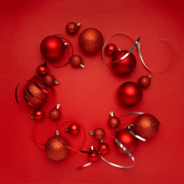 빨간색 테이블에 빨간색 크리스마스 볼 화 환 무료 사진