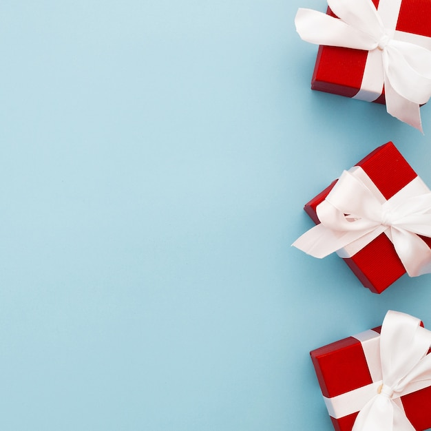 Red christmas gifts with white ribbon Free Photo