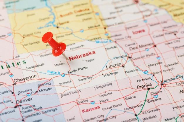 アメリカ、ネブラスカ、首都リンカーンの地図上の赤い聖職者の針。赤い鋲でネブラスカの地図を閉じる Premium写真