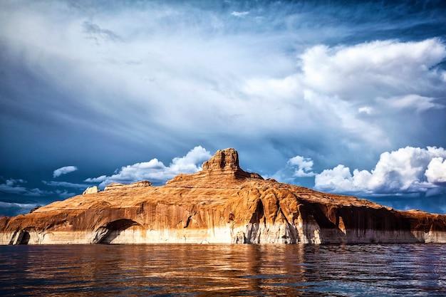 アメリカ、パウエル湖の水に映る赤い崖 Premium写真