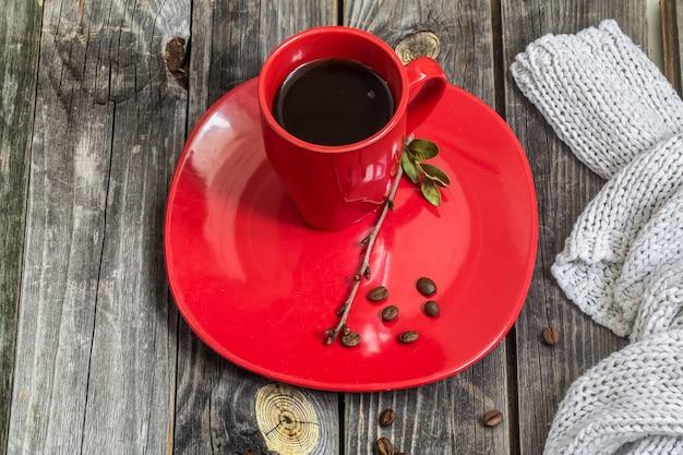 プレートの美しい木製の壁に赤いコーヒーカップ 無料写真