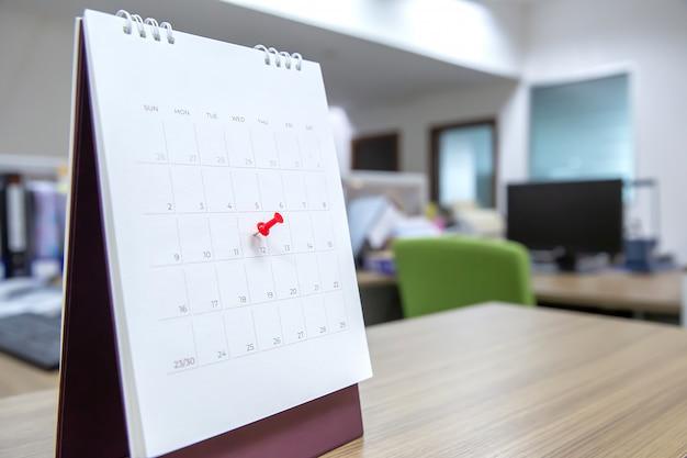 Красный цвет на календаре. Premium Фотографии