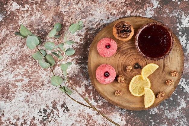 Красный конфитюр и печенье на деревянной доске. Бесплатные Фотографии