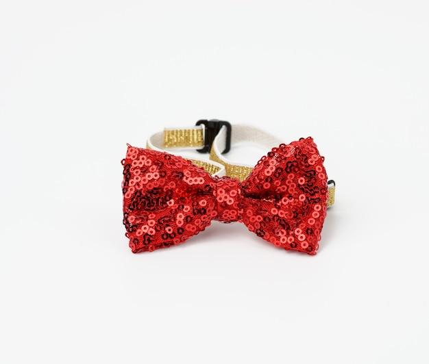 Красный модный галстук-бабочка с пайетками для шеи на резинке, аксессуар на белом фоне Premium Фотографии