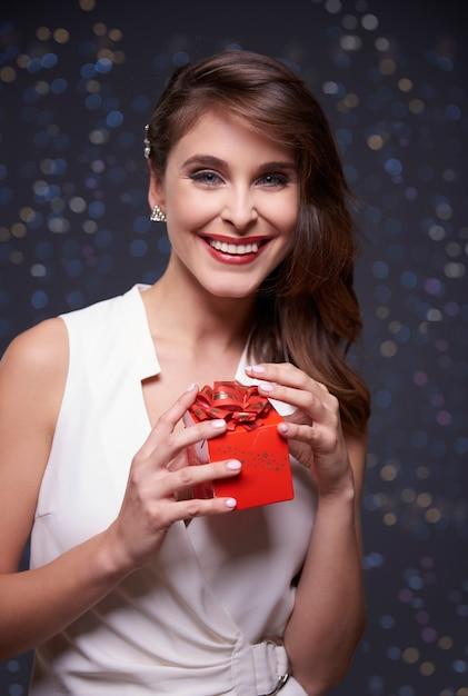赤い贈り物とエレガントな女性 無料写真
