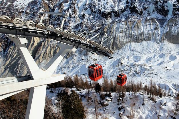 冬のアルプス山脈の赤いゴンドラ 無料写真