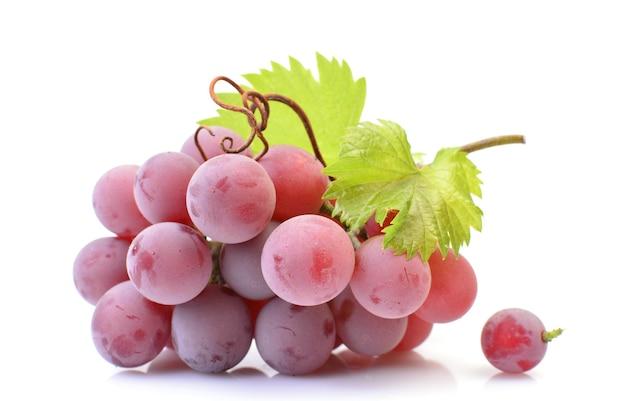 Красный виноград изолированные крупным планом Premium Фотографии