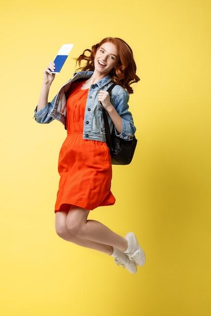 赤い髪、幸せ、若い、女、旅行、パスポート、ジャンプ、跳躍 Premium写真