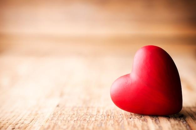 Красные конфеты в форме сердца на деревянном. Premium Фотографии