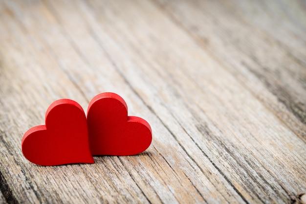 Красный в форме сердца на деревянном. Premium Фотографии