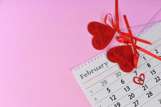 カレンダーの赤いハート Premium写真