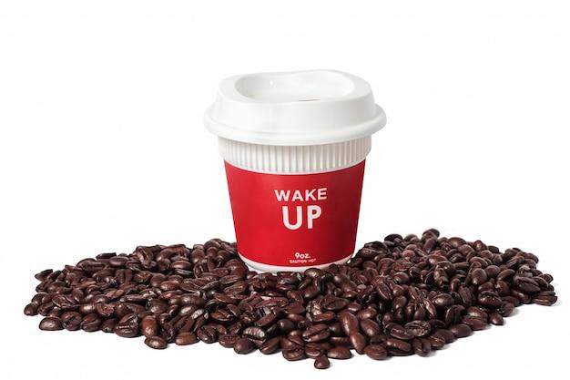 Red hot tall coffee take away кубок и свежие кофейные зерна на белом фоне. Premium Фотографии