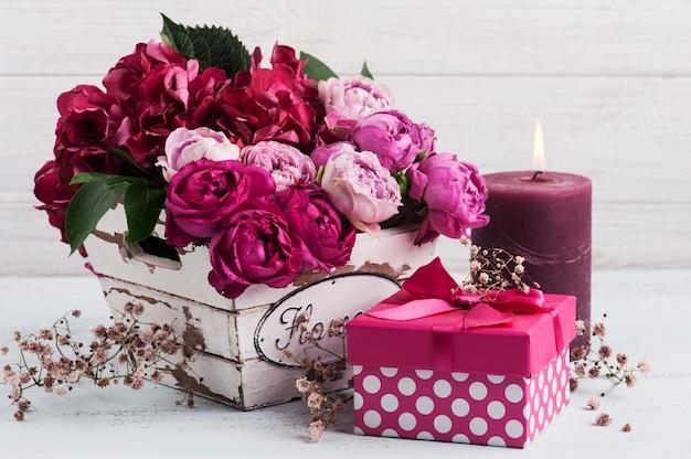 Красные цветы гортензии и розовые розы Premium Фотографии