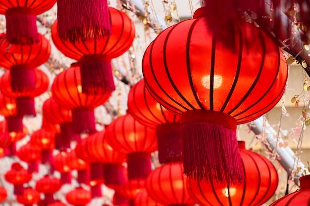 Красные фонари символ китайского нового года фестиваль огней украшены в универмаге таиланд праздновали фон Premium Фотографии