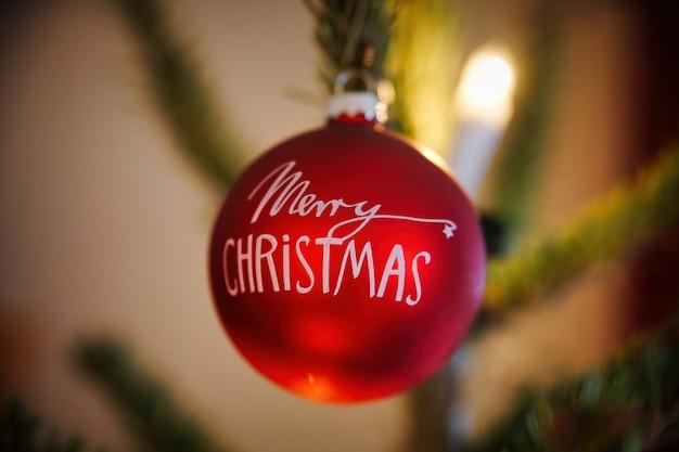 크리스마스 나무에서 거는 빨간 메리 크리스마스 값싼 물건 무료 사진