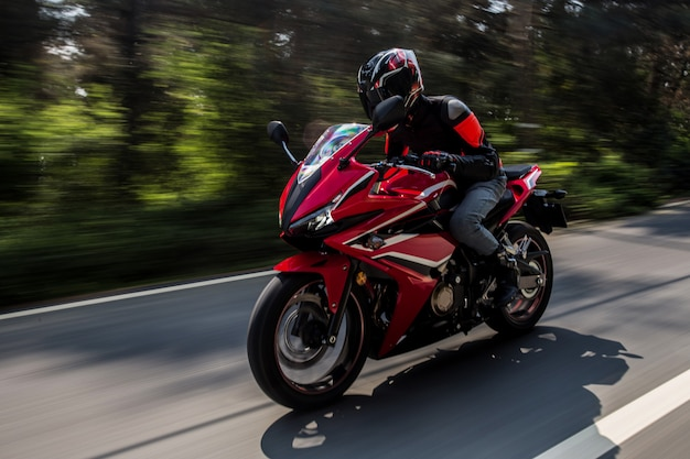Красный мотор на велосипеде по дороге. Бесплатные Фотографии