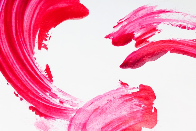 Красные мазки лака, изолированные на белой поверхности Premium Фотографии