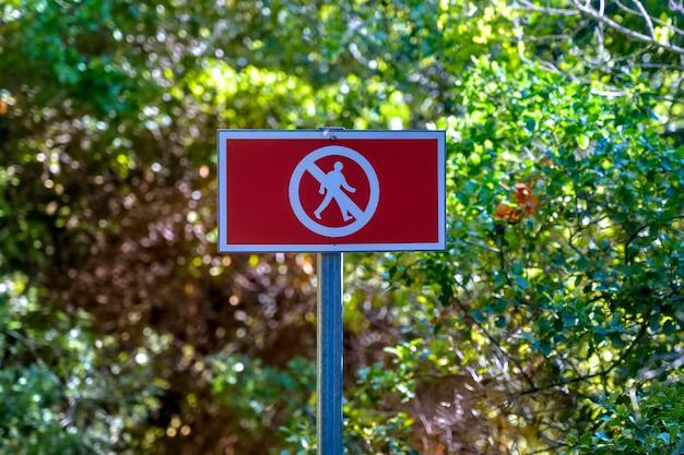 森の人々のための赤い歩行標識なし 無料写真