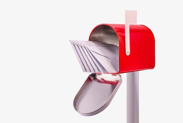 Красный открытый почтовый ящик с пятью белыми конвертами Бесплатные Фотографии