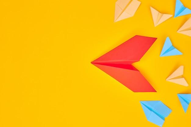 노란색 배경에 빨간 종이 비행기 등 프리미엄 사진