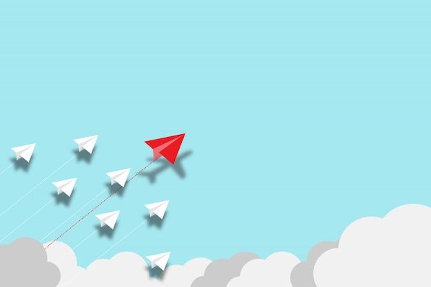 Красное бумажное летание самолета нарушает с самолетом белой бумаги на голубой предпосылке. лифт и бизнес-творчество новая идея для открытия инновационных технологий. Premium Фотографии