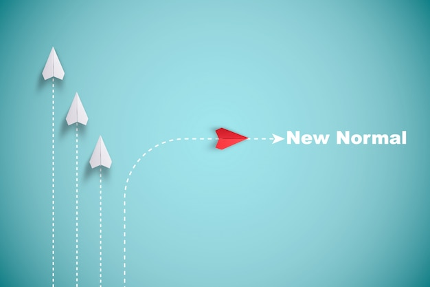 赤い紙飛行機が白い紙と一線を外して、青い背景に混乱を起こし、新しい通常の方法を見つけます。革新技術を発見するためのリフトとビジネス創造性の新しいアイデア。 Premium写真