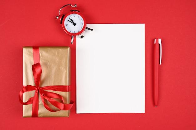 Красная ручка с бумагой на рождество. Premium Фотографии