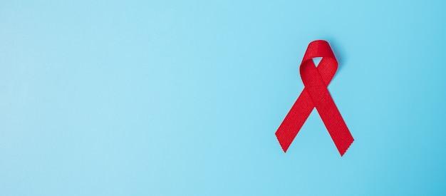 Красная лента для поддержки людей живущих и больных. концепция здравоохранения и безопасного секса. декабрь всемирный день борьбы со спидом и месяц распространения информации о множественной миеломной раке Premium Фотографии