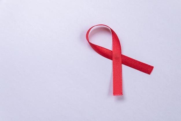 Красная лента на белом столе Бесплатные Фотографии