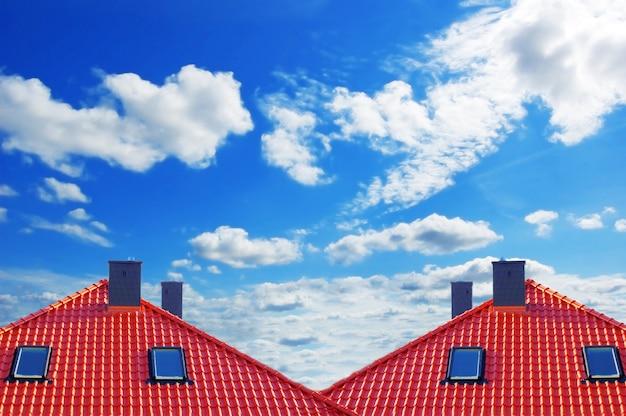 Красная крыша с облаками Бесплатные Фотографии