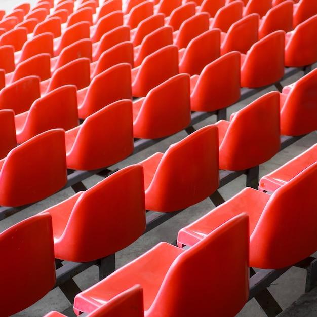 Красные сиденья на стадионе. пустое место футбольного стадиона. Premium Фотографии