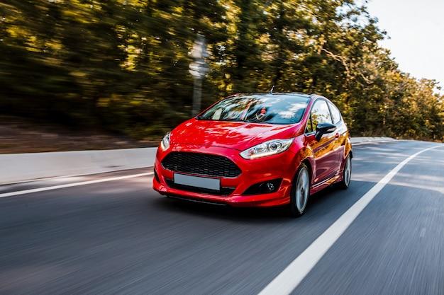 고속도로에서 빨간 세 단 자동차 테스트 드라이브. 무료 사진