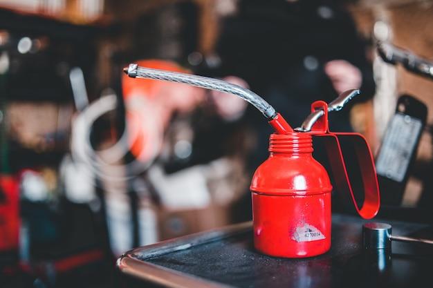 Contenitore d'acciaio rosso e d'argento sulla tavola nera Foto Gratuite