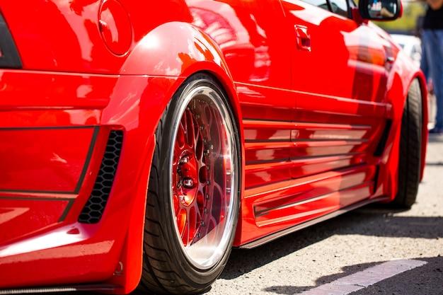 Vista posteriore dell'automobile sintonizzata sportiva rossa della ruota Foto Gratuite
