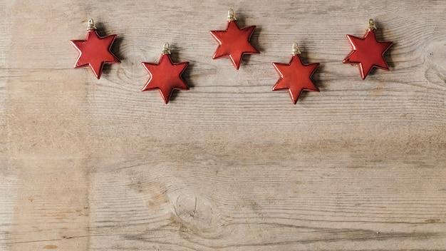 하단에 복사 공간 크리스마스 레드 별 장식품 무료 사진