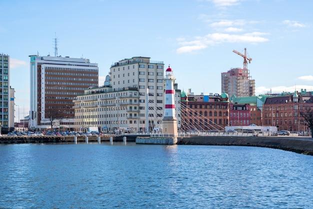 Красный полосатый маяк в мальме на юге швеции Premium Фотографии