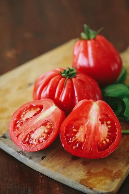 木の板に赤いトマトとミントの葉 無料写真