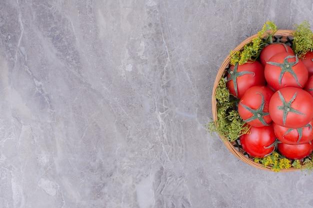 大理石の木製の大皿に赤いトマト。 無料写真
