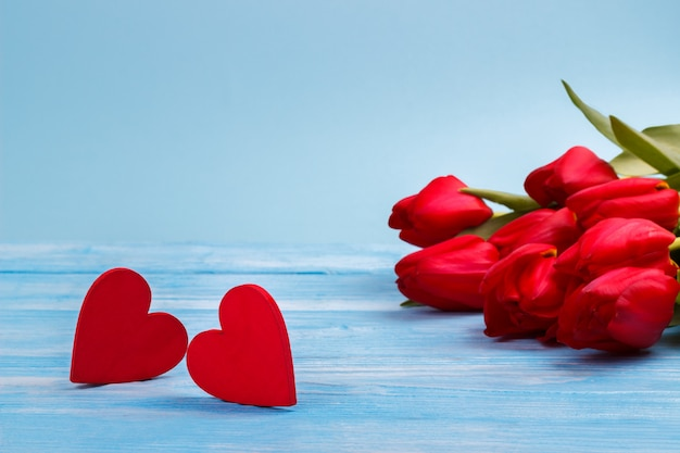 Red tulips on wooden table Premium Photo