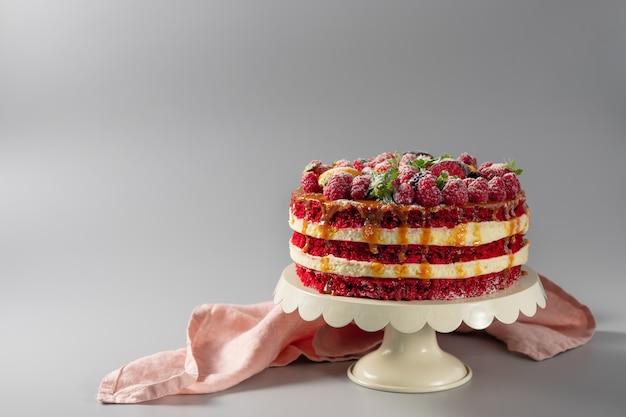 Красный бархатный торт со свежими ягодами Premium Фотографии