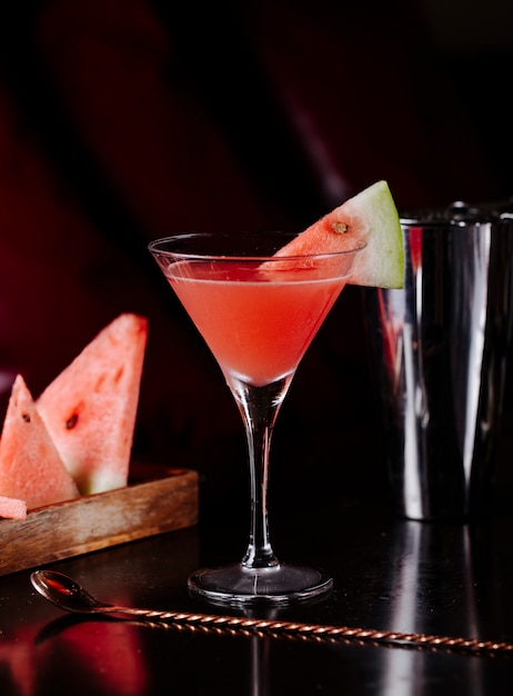 Red watermelon syrup cosmopolitan and fruit slices. Free Photo