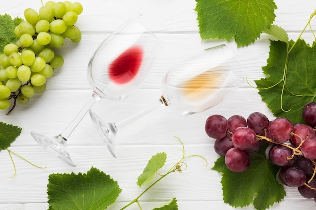 Red and white empty glasses of wine Free Photo