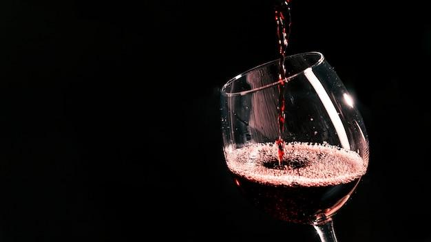 Кубок с красным вином Premium Фотографии