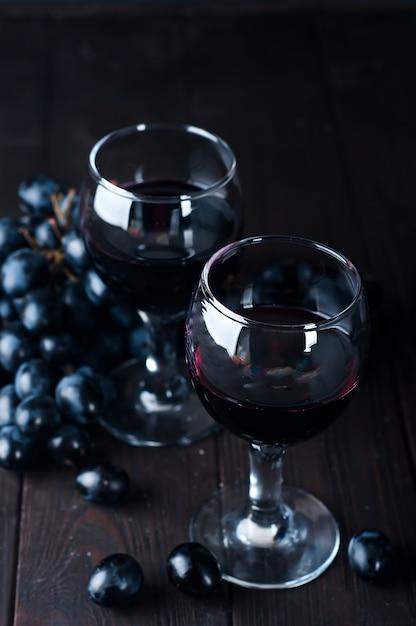 Red wine in glasses with grape Premium Photo