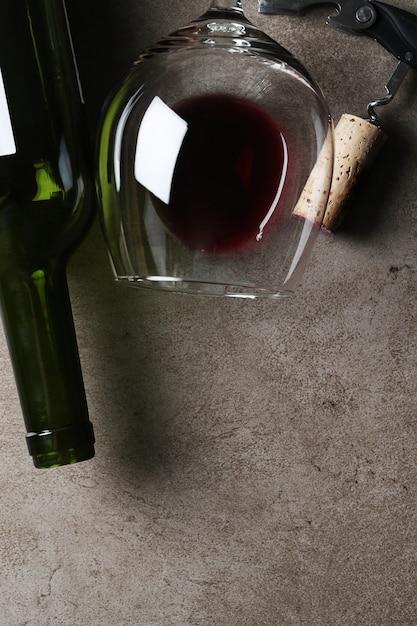 グラスとコルクの赤ワイン 無料写真
