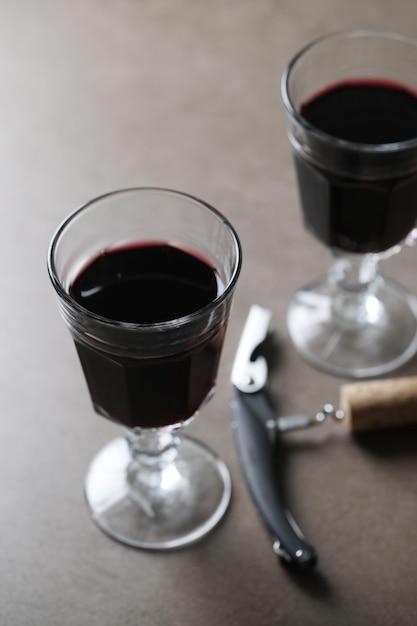 グラスとコルク抜きの赤ワイン 無料写真